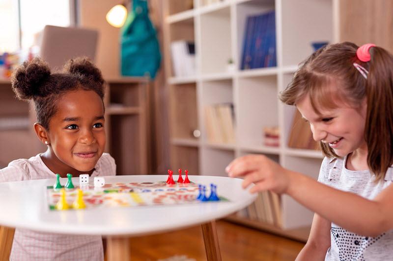 Spelletjes doen voor gezelligheid en verbondenheid of juist om te winnen.