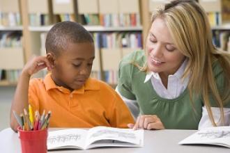 Ouder en kind lezen samen een boek